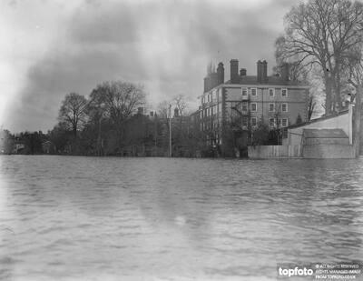 The Thames floods . _x000D_ Eton