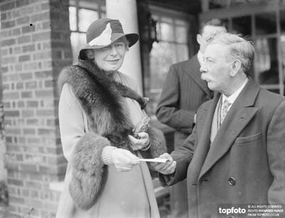 Lady Dowers presents a cheque