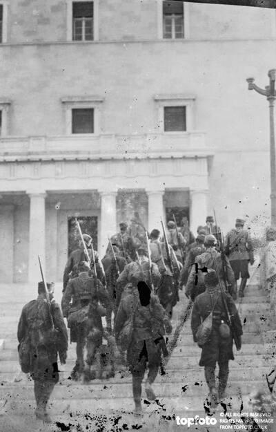 Monarchist soldiers entering the Parliament