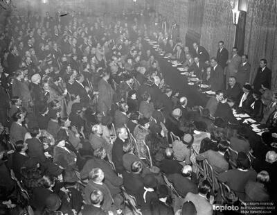 Stage folk hold mass meeting