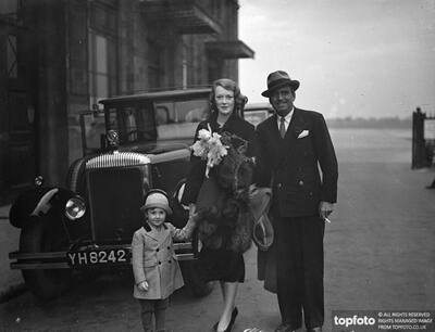 Douglas Fairbanks and wife arrive