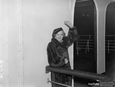 Mary Pickford arrives in England