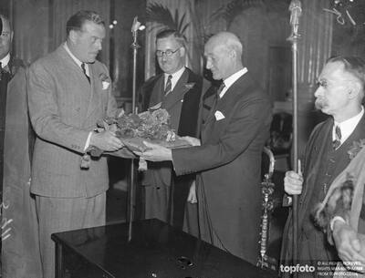 Red roses presented to Lord