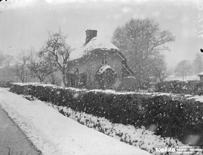 Hampshire snowstorm._x000D_ The snowstorm roofs, picturesque