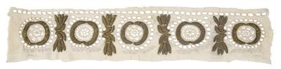 Textileinsatz mit Goldstickerei und Lochspitze
